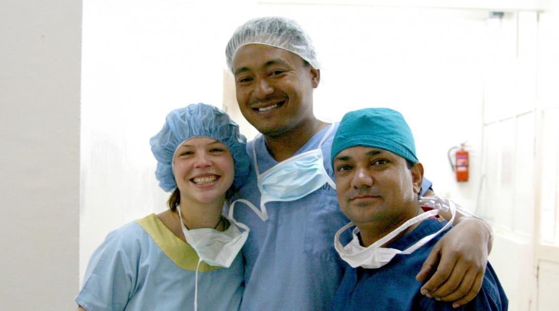 Internos médicos posando con un doctor nepalí.